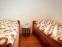 Dolní ložnice s dvěma lůžky - chalupa ubytování Opolenec