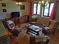 Obývací pokoj s krbem - chalupa k pronajmutí Stožec