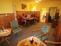Společenská místnost - chata k pronájmu Javorník