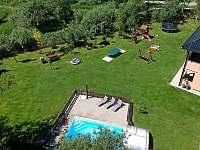 Prostorná zahrada nabízí vyžití pro děti i dospělé. - apartmán k pronájmu Horní Planá - Hůrka