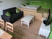 Ložnice s pódiem - apartmán Ema - k pronájmu Stožec