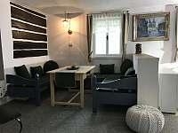 obývací pokoj - roubenka k pronajmutí Dešenice