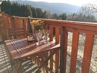 Posezení na balkóně s pohledem do údolí.