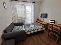 Rozestlaná přistýlka v obývacím pokoji. - pronájem apartmánu Hojsova Stráž - Brčálník
