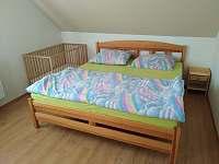 Ložnice s manželskou postelí - pronájem chalupy Záluží
