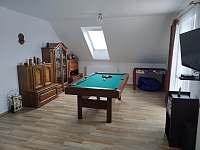 Obývací pokoj - multifunkční kulečník - chalupa k pronájmu Záluží