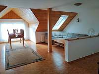 Odpočinková místnost s jídelním koutem - chalupa k pronájmu Záluží