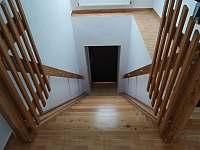 Schodiště do patra - chalupa k pronájmu Záluží