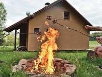 ohniště u objektu - chata k pronajmutí Slupečná