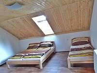 větší pokoj s 5 lůžky - chata k pronájmu Slupečná