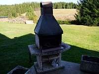 Venkovní krb s lávovým kamenem na terase