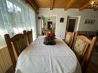 jídelní stůl - chalupa k pronajmutí Týřovice
