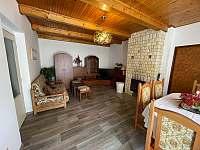 obytný pokoj s krbem - pronájem chalupy Týřovice