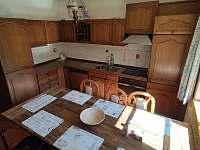 kuchyn a jidelni stul - chalupa k pronajmutí Černá v Pošumaví - Plánička