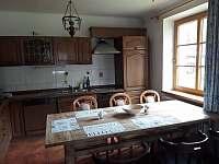 kuchyně a velký jídelní stůl - chalupa k pronajmutí Černá v Pošumaví - Plánička