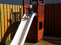 Dětský hrad se skluzavkou na zahradě