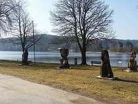 dřevěné sochy ve Frymburku u cyklostezky