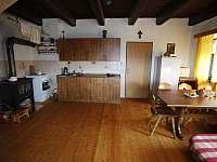 Kuchyně - společná místnost - chalupa k pronajmutí Pěkná