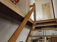 schody do horní ložnice - pronájem chalupy Pěkná