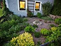 Zahrádka s bylinami před domem - Pěkná