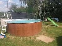 Dětská houpačka a bazén - chalupa ubytování Dolní Nakvasovice
