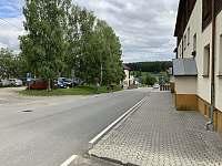 pohled na dům, ulici a vyhrazené parkoviště - apartmán k pronájmu Kvilda