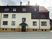 pohled na dům z ulice léto - apartmán ubytování Kvilda