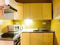 kuchyň žlutý apartmán