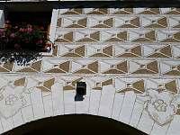 Detail fasády z renesančními sgrafity ze dvora - Rohanov