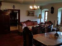 Hlavní obývací místnost s kachlovými kamny - Rohanov