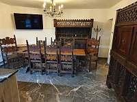 Nová gotická kuchyně s televizí - chalupa k pronájmu Rohanov