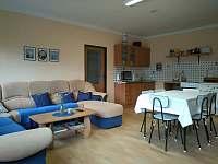společenská místnost a kuchyňský kout - pronájem chaty Bakov - Studnice u Náchoda