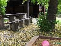Venkovní posezení a pískoviště - chata ubytování Bakov - Studnice u Náchoda