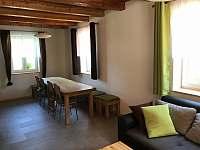společenská místnost část se stoly - chata ubytování Seč - Kraskov