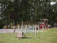hřiště v obci u rybníka