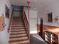 Schody do patra..k pokojům - chata ubytování Zdobnice