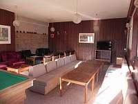 Společenská místnost - chata k pronájmu Zdobnice
