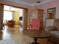 obývací pokoj - pohled na jídelnu - chalupa k pronájmu Chlumec nad Cidlinou