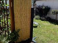 zahradní sprcha na solární ohřev - pronájem chalupy Chlumec nad Cidlinou