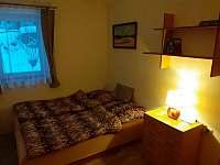 Ložnice s manželskou postelí a jednolůžkem - chalupa k pronajmutí Prosíčka u Sečské přehrady