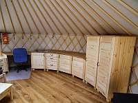 Pracovní stůl, kuchyň a skříň - chata k pronajmutí Dlouhá Třebová