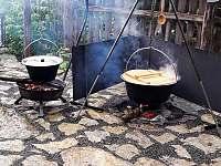 Vaření v kotlíku - chata k pronajmutí Dlouhá Třebová