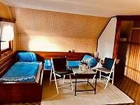 Modrý pokoj nahoře - celkem 3x/ lůžko + 1x/ malé. Východ na balkon. - chata k pronájmu Křížanovice