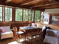 společná místnost dole s kuchyní, posezením + 1x lůžko - chata k pronajmutí Křížanovice