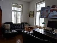 Velká ložnice s pracovním koutkem - pronájem chalupy Šárovcova Lhota