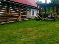 Pohled na mlýn ze zadu - pergola - apartmán k pronájmu Machov - Nízká Srbská