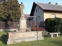 Malebné vesničce se nachazi lom piskovce a zde a okoli mnoho staveb a soch - pronájem chalupy Podhorní Újezd a Vojice