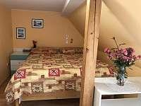 1.pokoj manželská postel - apartmán k pronajmutí Vestec u České Skalice