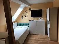 1.pokoj postel - apartmán k pronajmutí Vestec u České Skalice