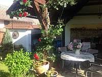 Letní posezení ve venkovní kuchyni - apartmán ubytování Vestec u České Skalice